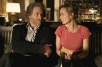 Dr. Kröger (Kevin Kline) bringt seiner Putzfrau (Sandrine Bonnaire) das Schachspiel bei.