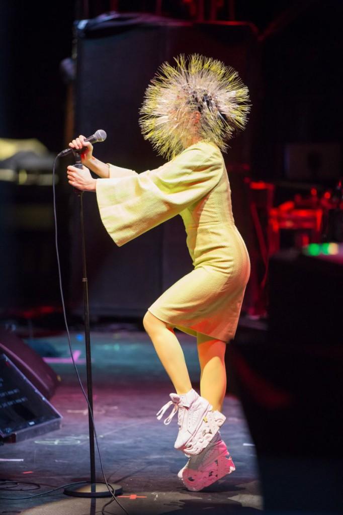 Ein Cyborg mit Pusteblumenhelm: Björk war phänomenal. Foto: Berlin Festival/Stephan Flad