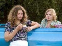 Kati (Anna Maria Sturm) und Jo (Rosalie Thomass, rechts) planen eine Weltreise.