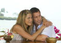 Katherine (Jennifer Aniston) gibt sich als Ehefrau von Danny (Adam Sandler) aus.