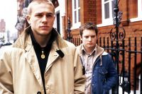 Pete (Charlie Hunnam, links) führt Matt (Elijah Wood) in Londons Hooliganszene ein.