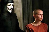 V (Hugo Weaving) und Evie (Natalie Portman) leben im Untergrund.