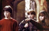 Harry Potter (Daniel Radcliffe) und seine Freunde Ron (Rupert Grint) und Hermine (Emma Watson) lernen in Hogwarts das Zaubern.