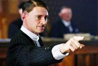 Hass ist die Triebkraft für den Aufstieg von Adolf Hitler (Robert Carlyle).