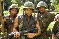 Tugg Speedmann (Ben Stiller, Mitte) soll die Hauptrolle in einem Kriegsfilm spielen.