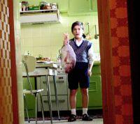 Der kleine Fanis (Markos Osse) treibt sich am liebsten in der Küche herum.