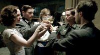 Fünf Freunde genießen ihren letzten Abend, bevor sie sich der Realität des Kriegs stellen.