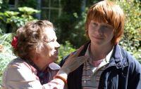 Evie (Julie Walters) freundet sich mit Ben (Rupert Grint) an.