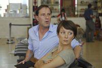 Schriftsteller Leo Richter (Stefan Kurt) und seine Freundin (Julia Koschitz) sind nur per Handy mit der Heimat verbunden.