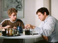 Didier (Yannick Renier) hilft Jonas (Jonas Bloquet) beim Lernen.