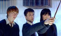 Harry Potter (Daniel Radcliffe, Mitte) muss seine Mitschüler selbst unterrichten.