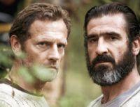 Richard (xx, links) lädt Jack (Eric Cantona) in sein Haus ein.