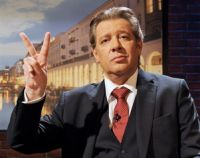 Talkmaster Harry Kliewer (Jan Fedder) hat genug vom Fernsehen.