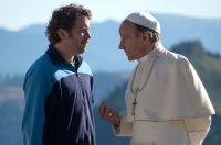 Georg (Christian Ulmen) bittet den Papst (Nikolaus Paryla), seine Schwiegermutter heilig zu sprechen.