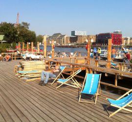 Morgens halb elf in Deutschland: Auf dem Badeschiff tanzt kein Mensch.