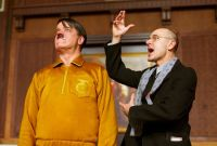 Adolf Grünbaum (Ulrich Mühe, rechts) gibt Adolf Hitler (Helge Schneider) Nachhilfe.