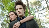 Becca (Jenn Proske) hat sich in den Vampir Edward (Matt Lanter) verliebt.
