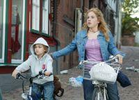 Hannah (Paula Kalenberg) muss mit ihrem kleinen Bruder (Hans-Laurin Beyerling) fliehen.