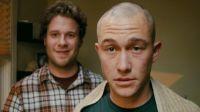 Kyle (Seth Rogen, links) steht Adam (Joseph Gordon-Levitt) im Kampf gegen Krebs bei.