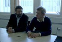 Ravn (Peter Gantzler, links) heuert den Schauspieler Kristoffer (Jens Albinus) als Strohmann an.