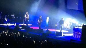 Noel Gallagher fühlt sich inzwischen Wohl in der Mitte der Bühne.