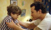 Michael (Dirk Borchardt) ahnt nichts vom Geheimnis seines Sohnes (Adrian Wahlen).