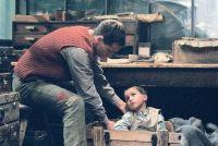 Pippig (Florian Stetter) will einen kleinen Jungen retten.