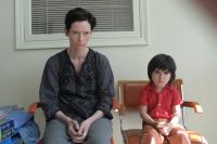 Eva (Tilda Swinton) kommt mit ihrem Sohn (Jasper Newell) nicht zurecht.