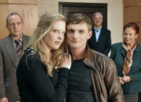 Die Schein-Ehe von Ines (Diana Amft) und Moritz (Florian Lukas) droht aufzufliegen.