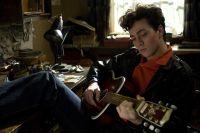 """Szene aus dem Film """"Nowhere Boy"""" mit Aaron Taylor-Johnson"""