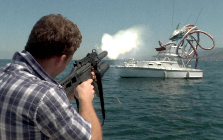 Szene aus dem Film Sharktopus mit Kerem Bürsin als Andy Flynn